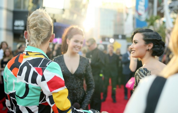 Dispatch from the AMAs: Stars' Best Social Media Posts
