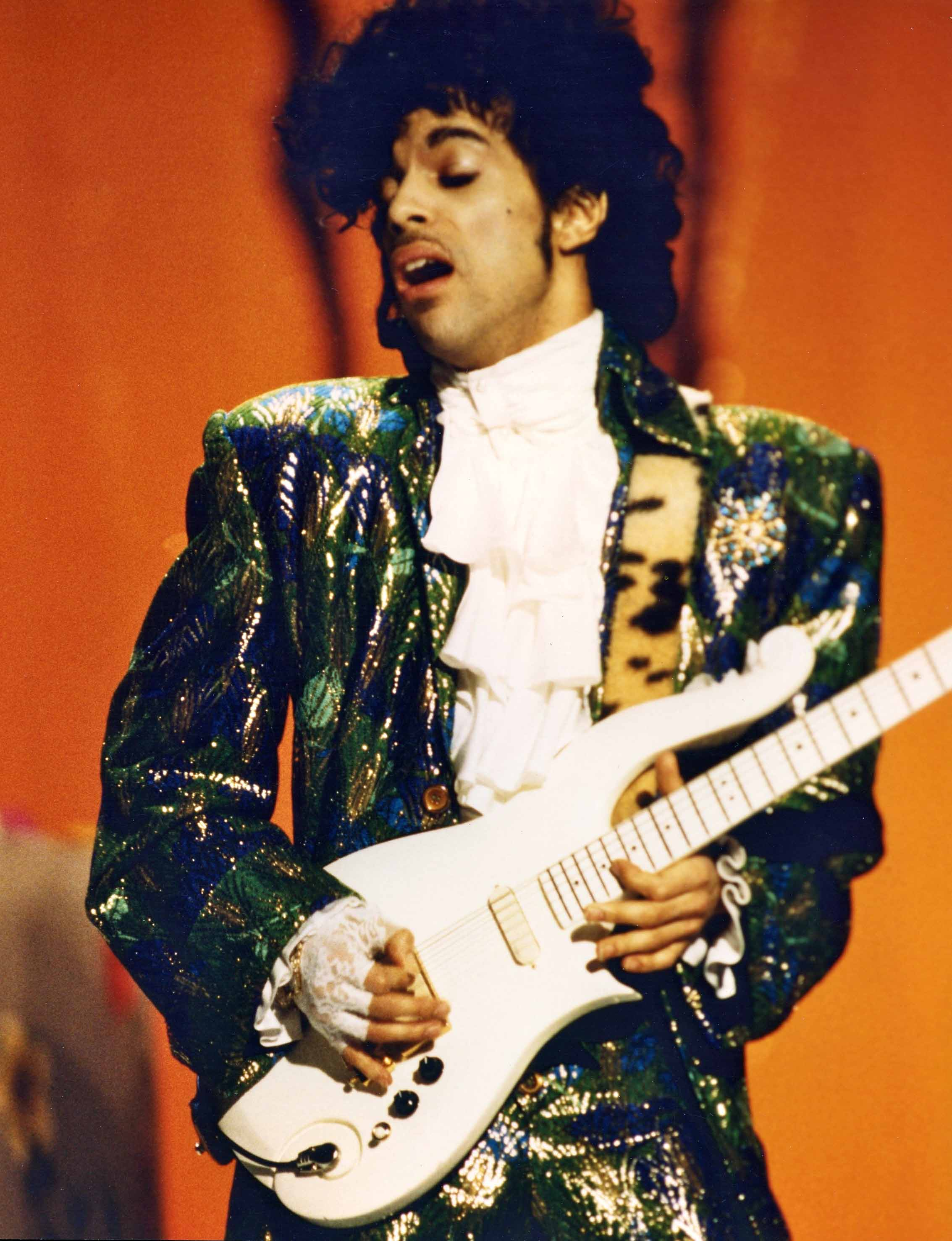 Fingerless gloves for musicians - Photo Gallery Prince At The American Music Awards American Music Awards