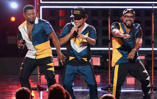 "Bruno Mars Opens the AMAs With ""24K Magic"""