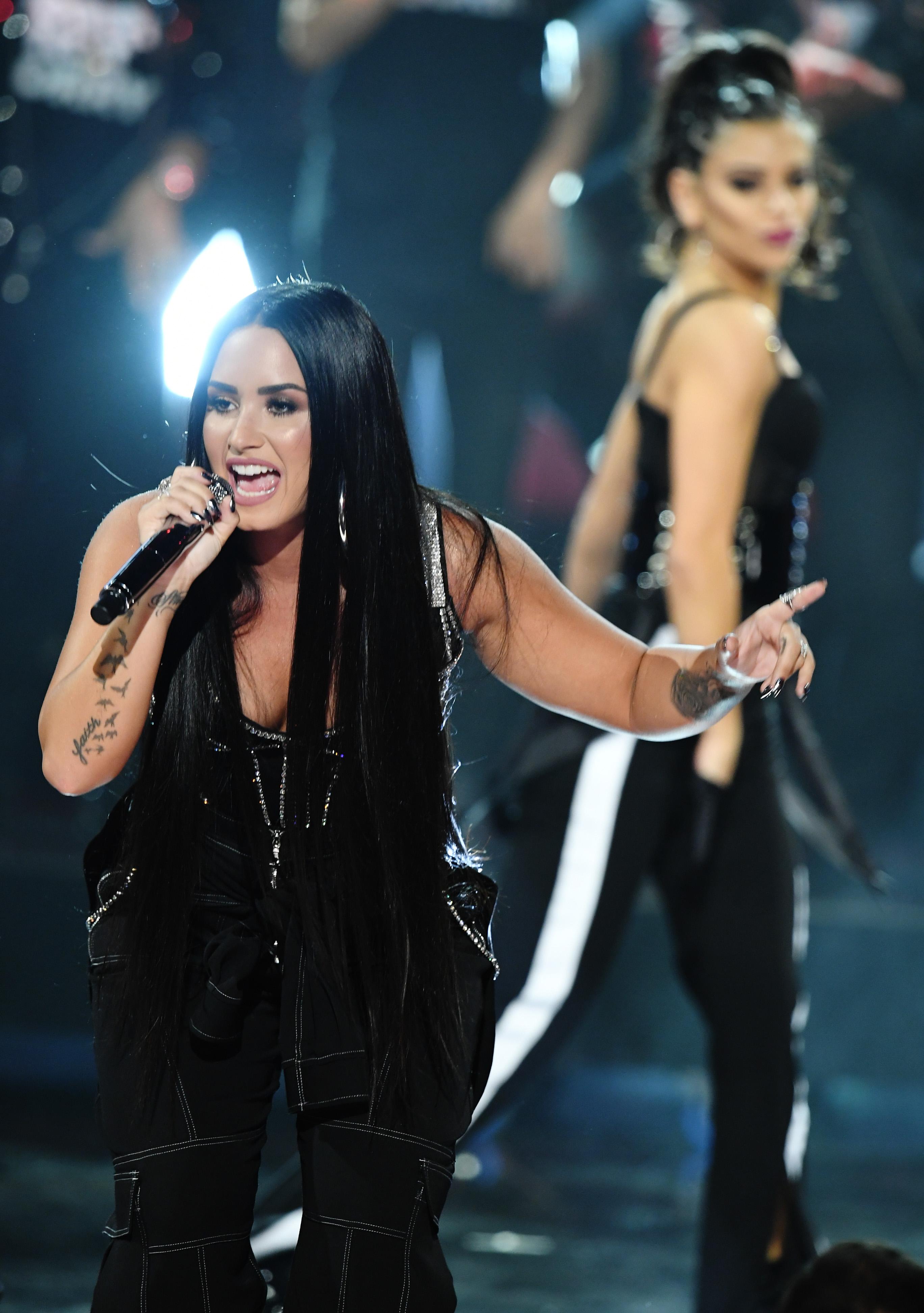 Demi Lovato Amas 10 Check  Fun  American Music Awards