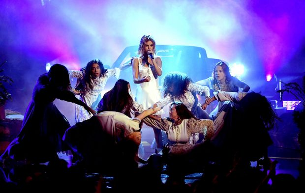 "Selena Gomez Brings ""Wolves"" and Brand New Look to the AMAs"